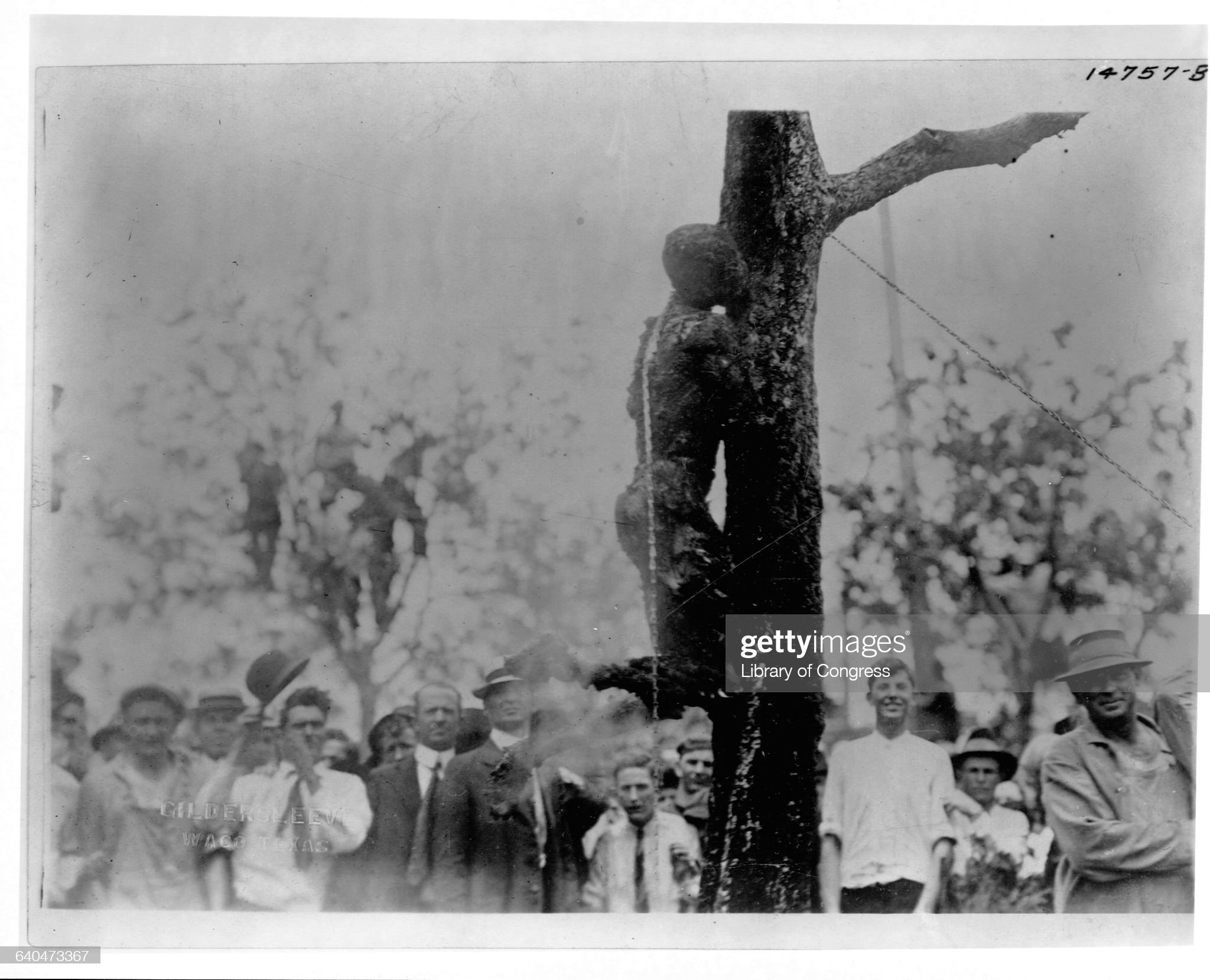 Crowd Surrounds the Smoking Corpse of a Lynching Victim : Nachrichtenfoto