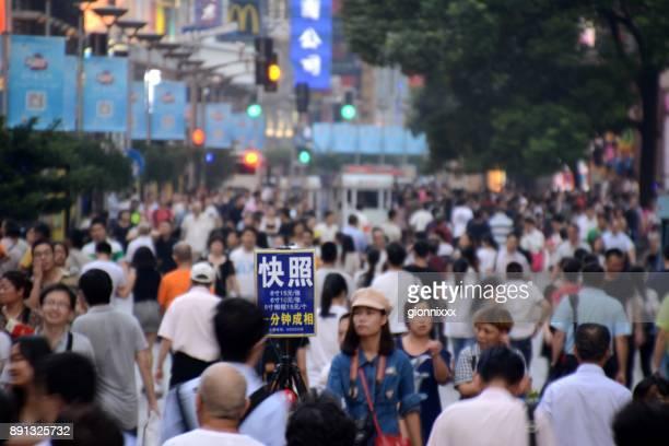 Multitud de personas caminando en la calle peatonal de Nanjing de Shanghai