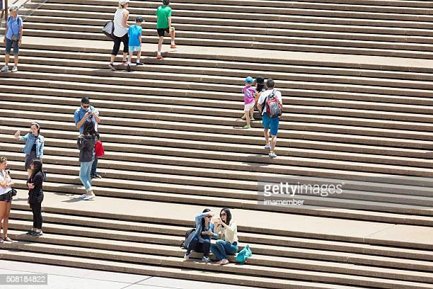 Foule de touristes et visiteurs quelques sur les marches, espace de copie