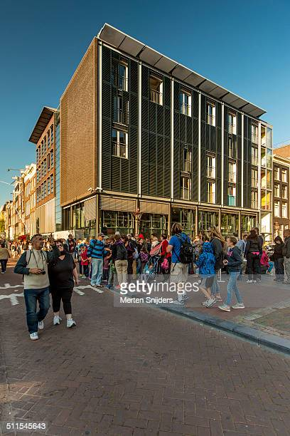crowd of tourists outside anne frank house - anne frank house stock pictures, royalty-free photos & images