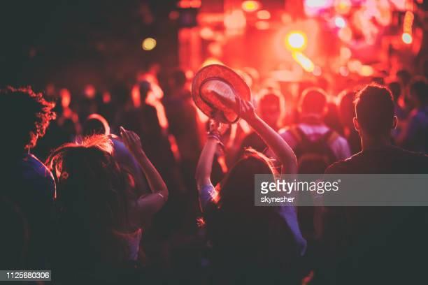 foule sur un festival de musique de nuit! - musicien pop photos et images de collection