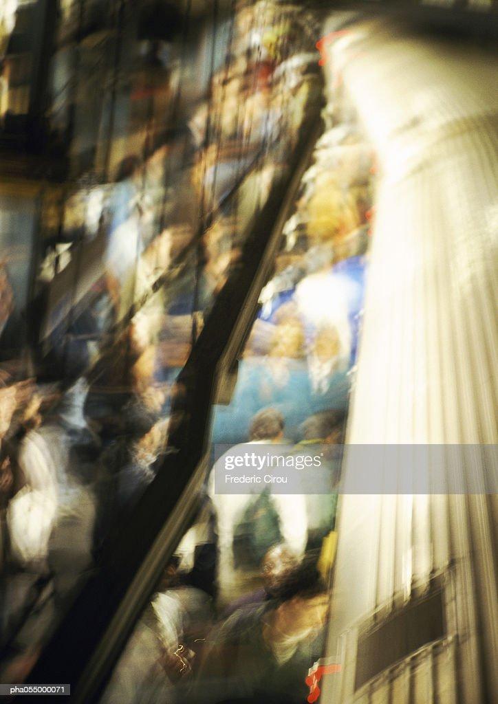 Crowd on subway platform, high angle view, blurred : Stockfoto