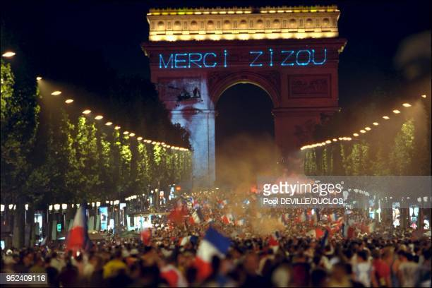 Crowd on the Champs Elysees Message Merci Zizou sur l'Arc de Triomphe 12 juillet 1998