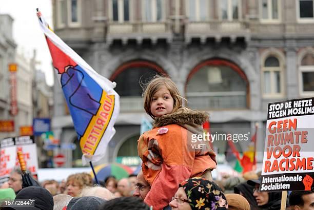 menschenmenge teilnehmenden in antirassismus-demonstration - antirassismus stock-fotos und bilder