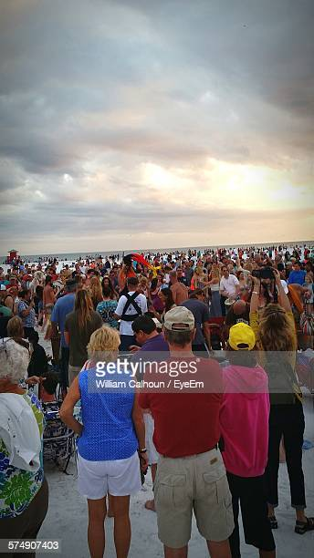 crowd standing on beach during sunset - siesta key - fotografias e filmes do acervo