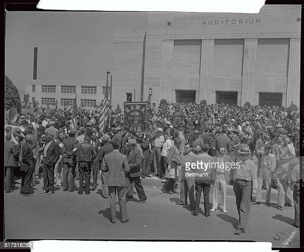 crowd that attended the meeting of speech of Harry Bridges
