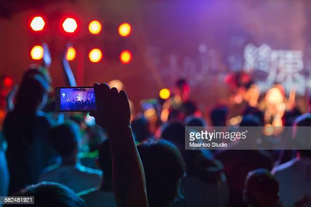 crowd using smart phone at rock concert - concerto - fotografias e filmes do acervo