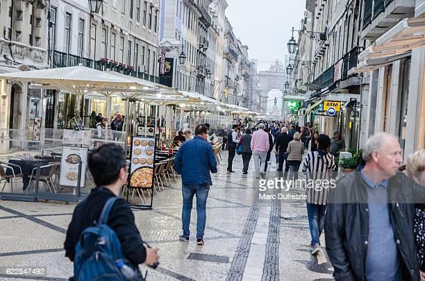 multitud caminando por la rua augusta con arco de fondo - rua fotografías e imágenes de stock