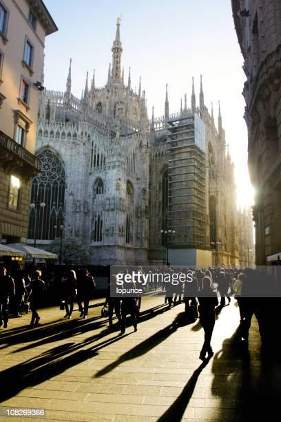 Folla a piedi attraverso Milano
