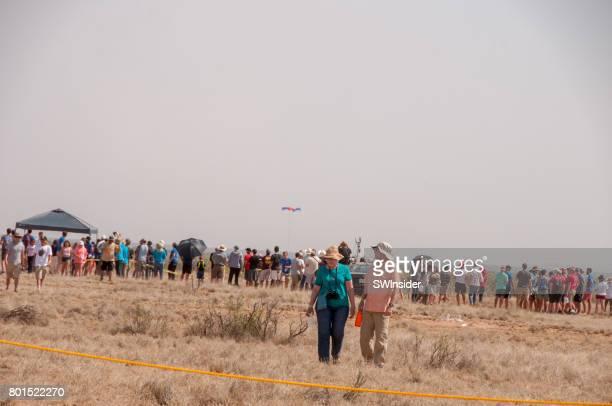 スペース ポート アメリカでロケットを見て群衆 - 宇宙基地 ストックフォトと画像