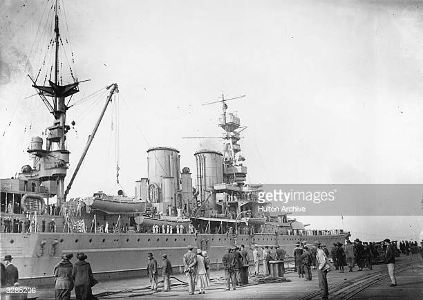 A crowd watching the arrival of the HMS Repulse