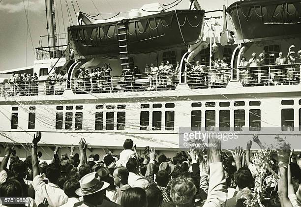 crowd waving farewell to passengers on liner, (b&w), elevated view - 遠洋定期船 ストックフォトと画像