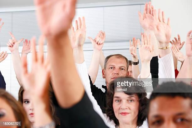 Foule avec les mains en l'air