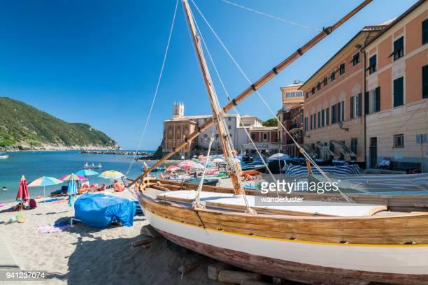 crowded beach front in the bay of silence, italians favorite swimming beach - liguria foto e immagini stock