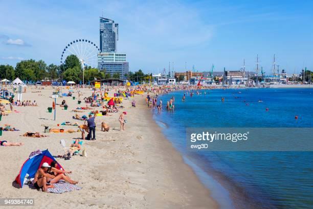 混雑したビーチで夏の日にグディニャ,ポーランド - グディニャ ストックフォトと画像