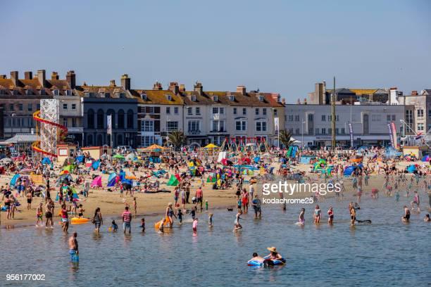 Playa concurrida fiesta caliente soleado apartamento mar