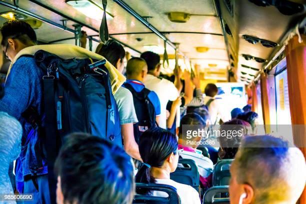 ônibus lotado na hora do rush de bangkok - lotado - fotografias e filmes do acervo