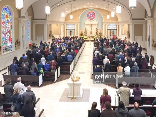 drukke kerk - religieuze dienst stockfoto's en -beelden