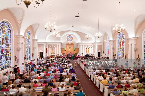 crowded church - katholicisme stockfoto's en -beelden