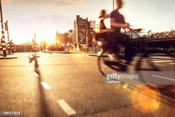drukke stad straat fietsers en voetgangers - noord holland stockfoto's en -beelden