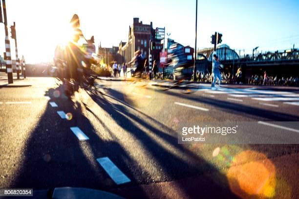 Drukke stad straat fietsers en voetgangers