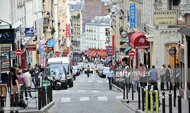 rue de ville bondées à montmartre, paris en france - culture française photos et images de collection