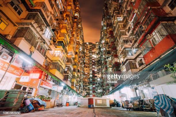 überfüllt, wohnungsbau, mehrfamilienhäuser in hong kong, china - fensterfront stock-fotos und bilder