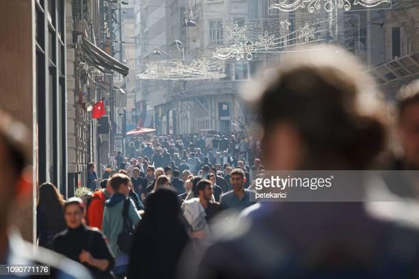 concurrida calle istiklal en estambul, istanbul - avenida fotografías e imágenes de stock