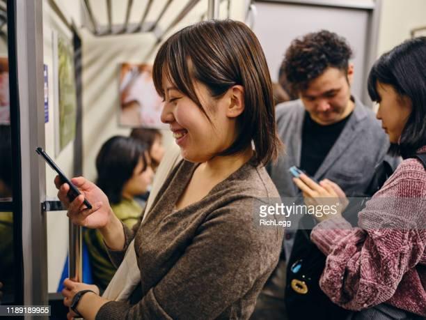 混雑した日本の地下鉄列車 - 地下鉄のプラットホーム ストックフォトと画像