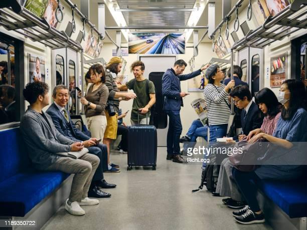 混雑した日本の地下鉄列車 - 鉄道 ストックフォトと画像