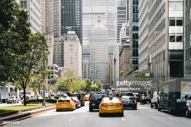 crowded midtown street - midtown manhattan stock pictures, royalty-free photos & images