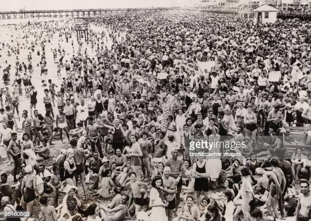 Crowded New York beach Coney Island on the 4th of July Photography 1938 [Der ueberfuellte Badestrand der New Yorker Coney Island am 4 Juli dem...