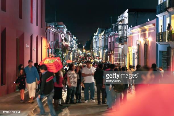 crowded night street in downtown oaxaca city in mexico - indigenas mexicanos fotografías e imágenes de stock