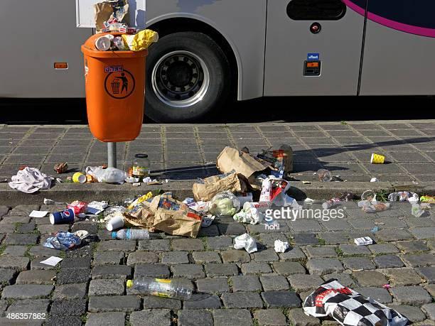 atestado orange cubo de basura en una parada de autobús - mcdonalds fotografías e imágenes de stock