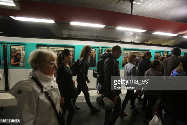 crowded Paris metro in the morning, on line 11