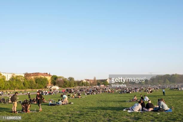 ベルリンの混雑した公園、人々は春の太陽の下でリラックスしてバーベキューをします - クロイツベルク ストックフォトと画像