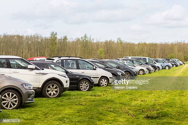 crowded parking lot at keukenhof - grand groupe d'objets photos et images de collection
