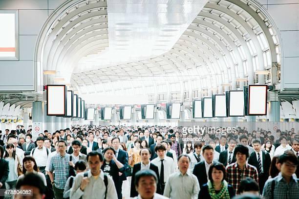 混雑した歩行者用通路、ビジネス、東京の人々