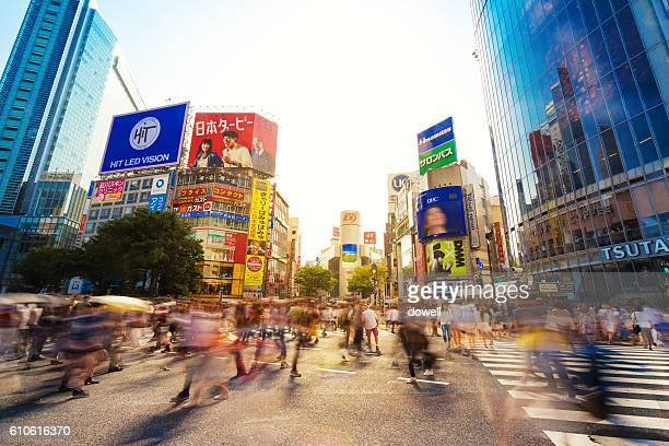 crowded people on street in tokyo - tokyo motion ストックフォトと画像