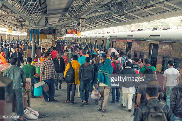 crowded railway station in kolkata - west bengal stock pictures, royalty-free photos & images