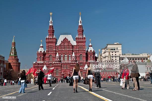 affollata piazza rossa di mosca - bandiera comunista foto e immagini stock