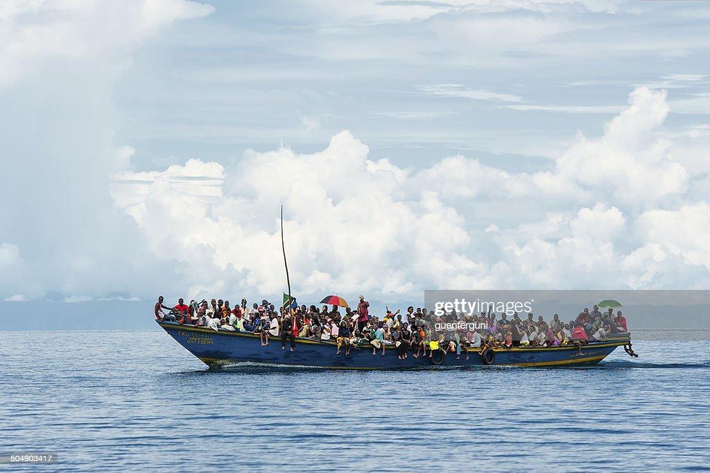 ボートで混雑した難民タンガニーカ湖 : ストックフォト