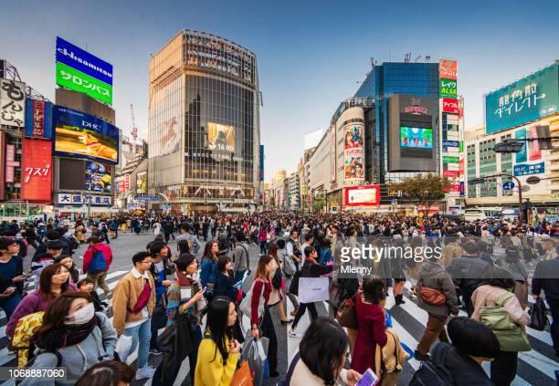 crowded shibuya crossing tokyo japan - shibuya ward stock pictures, royalty-free photos & images
