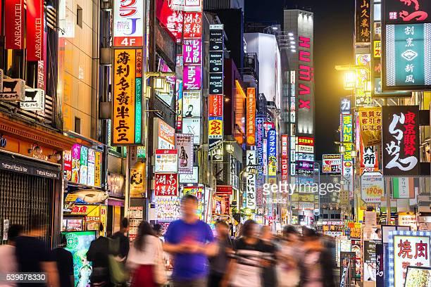 crowded shinjuku shopping district in tokyo, japan - shinjuku stockfoto's en -beelden