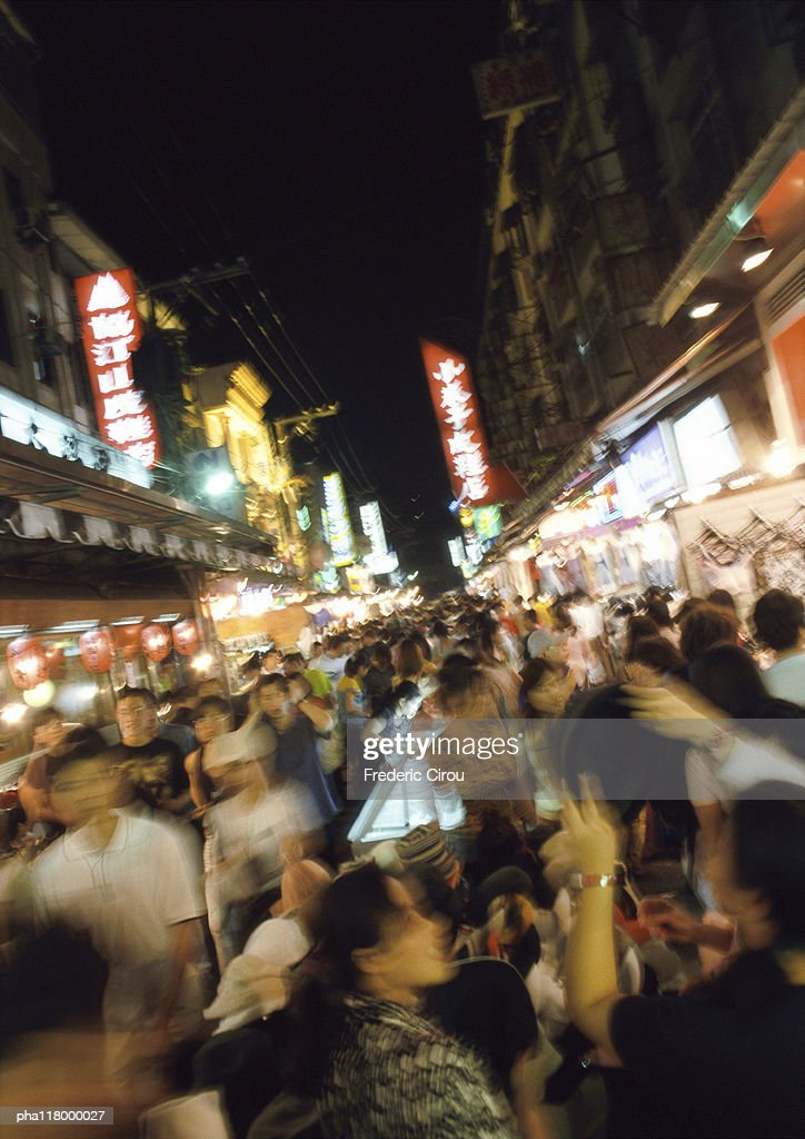 Crowded street at night, blurred : Stockfoto