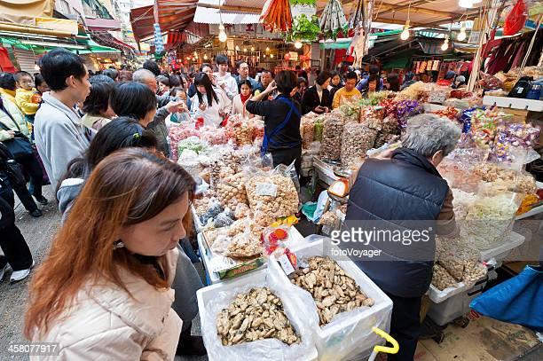 混雑したストリートマーケットの露店香港、中国 - 上環 ストックフォトと画像