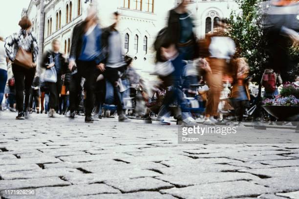 trångt gator och rörelseoskärpa i staden, flera etniska stora grupp människor i oslo, norge - street bildbanksfoton och bilder