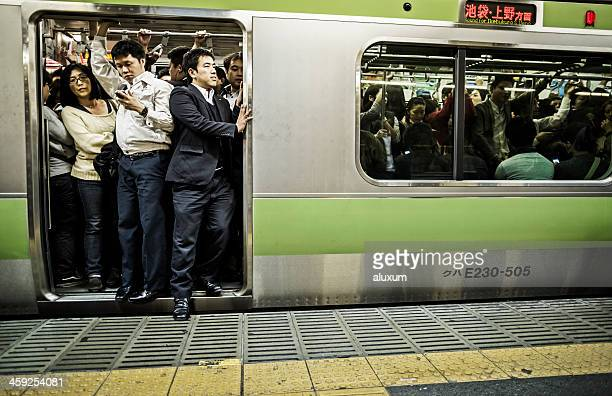 混雑した東京の地下鉄 - 列車 ストックフォトと画像