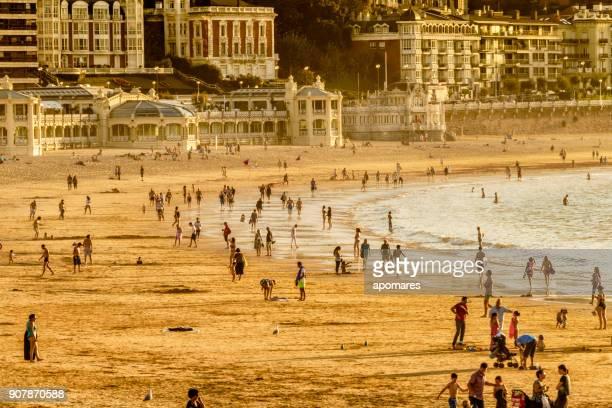 concurrida playa de verano al atardecer - bruma de calor fotografías e imágenes de stock