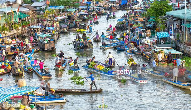 crowded trade of agricultural products on the river - floating market stock pictures, royalty-free photos & images